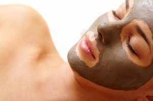 primo-piano-di-giovane-donna-purificare-la-pelle-del-viso_1098-2296